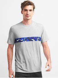 T-shirt respirant à rayure et motif camouflage