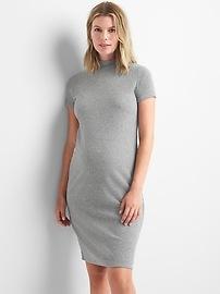 Robe de maternité en tricot côtelé à col montant