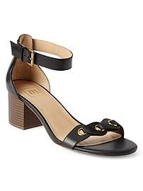 Sandales à talon bottier avec œillets en cuir