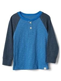 T-shirt henley à couleurs contrastantes