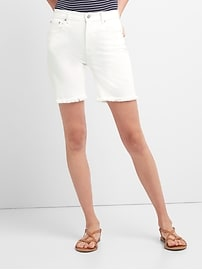 Short en denim effilé à taille haute en blanc doux avec ourlet brut