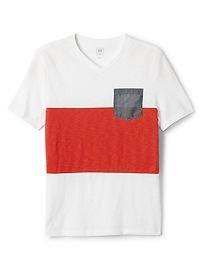 T-shirt à poche avec col enV à imprimé camouflage