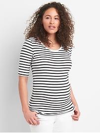 T-shirt de maternité moderne à col échancré et à manches courtes